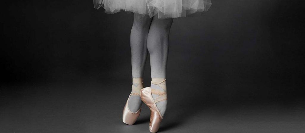 Eine Ballerina in Spitzenschuhen von Bloch